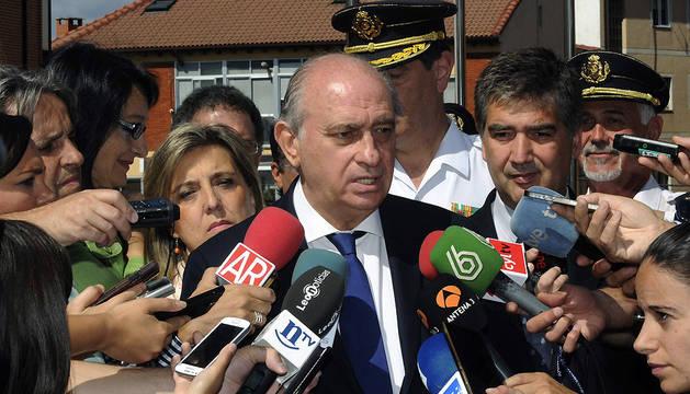 Fernández Díaz, acompañado por el director general de la Policía, Ignacio Cosidó (d), atiende a los medios de comunicación en Astorga.
