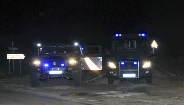 Vehículos de la Policia Nacional impiden el paso a la finca situada en Castrillo de los Polvazares.