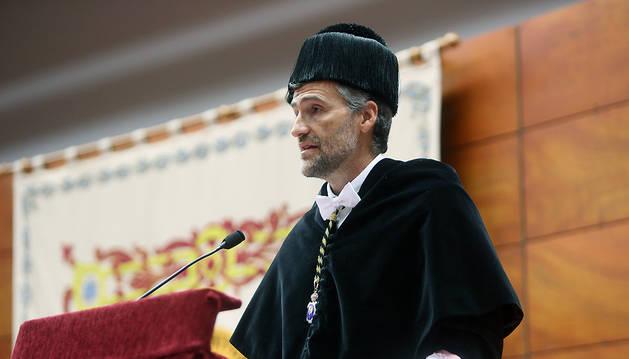 El rector se dirige a la comunidad universitaria.