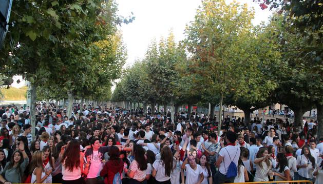 Los jóvenes disfrutaron de una fiesta en el paseo del Prado a cargo de varios DJ locales.