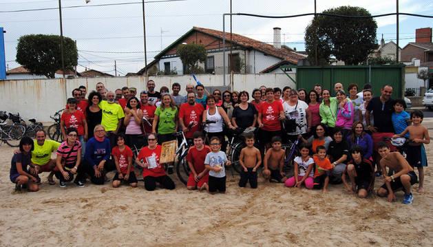 Foto de familia de los asistentes a la Fiesta Biciclista celebrada con motivo del décimo aniversario de la entidad.