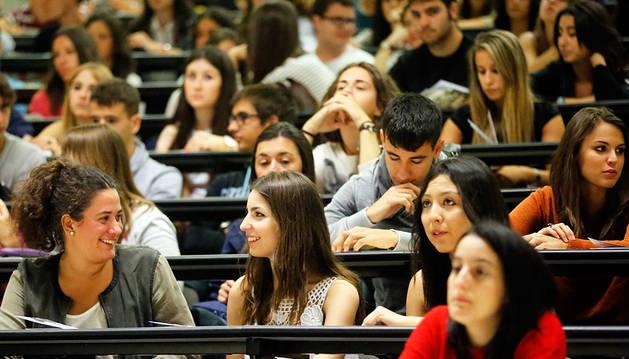 Alumnas de la Universidad Pública de Navarra (UPNA) en su primer día de curso.