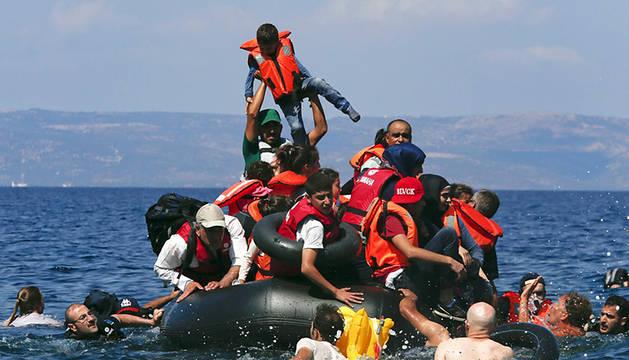 Refugiados sirios intentando llegar a las costas griegas, este domingo.