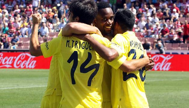 Los futbolistas del Villarreal celebran uno de los goles.