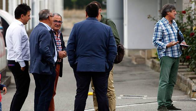 Luis Sabalza y varios directivos conversan el pasado viernes en Tajonar. A la derecha, Enrique Martín.