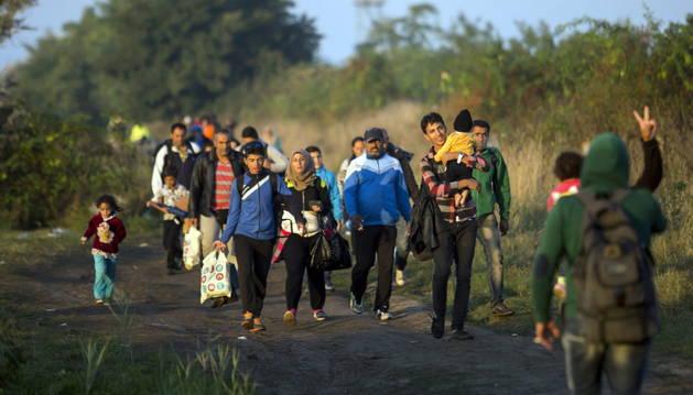 Refugiados caminan por las vías del tren de Horgos a Szeged en Hungría.