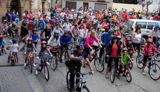 Los participantes que tomaron parte en el Día de la bicicleta de Corella inician el recorrido.