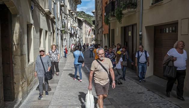 La calle la Rúa, todavía con una nutrida presencia de visitantes y peregrinos.