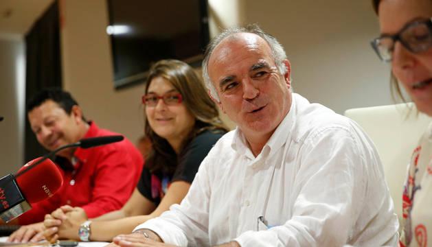 Tomás Aguado, nuevo presidente de la Mancomunidad de la Ribera, a la derecha, junto a Olga Risueño, vicepresidenta, y el gerente de la entidad, Fermín Corella, al fondo.