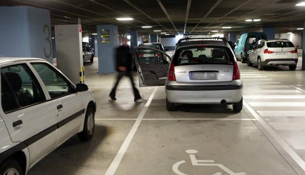 Una plaza de estacionamiento para personas con discapacidad, en el parking de Baluarte.