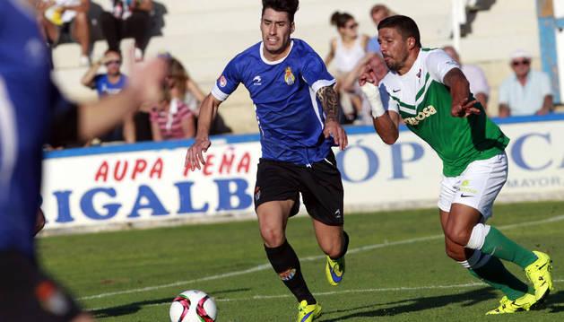 Giles disputa un balón contra el Racing de Ferrol.