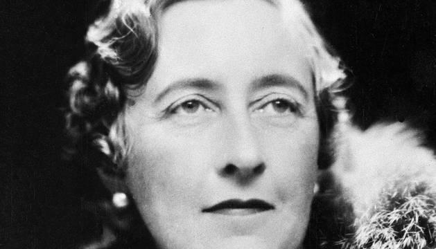 La escritora británica Agatha Christie