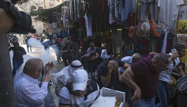 Palestinos corren asustados durante los enfrentamientos con las fuerzas de seguridad israelíes en las proximidades de la mezquita de Al Aqsa en la Ciudad Vieja de Jerusalén.