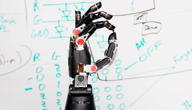 Un laboratorio coloca un prótesis que da sentido al tacto