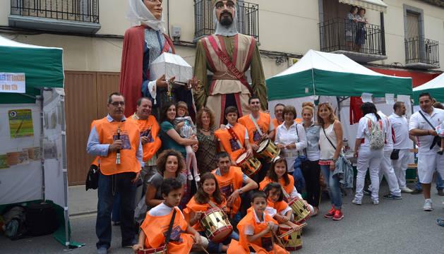 El grupo de danzas bailó en la calle la jota de San Adrián acompañado por la comparsa de gigantes.