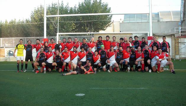 Los jugadores del equipo Gigantes Navarra Rugby y de la Facultad de Matemáticas de la Universidad Complutense posan tras el partido.