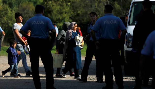 Croacia dice que dejará pasar a todos los refugiados de camino a Alemania