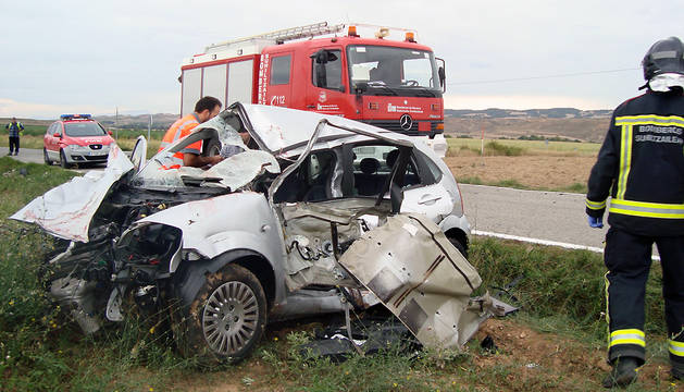 El vehículo en el que viajaban los heridos.