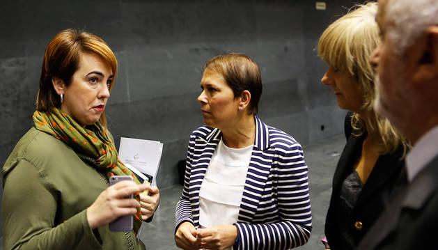 Las presidentas del Parlamento y el Gobierno, Ainhoa Aznárez y Uxue Barkos, y la consejera Ana Ollo.
