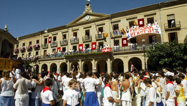 Pancarta de apoyo a los presos de ETA en el balcón del Ayuntamiento.