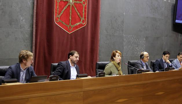 La presidenta de la Cámara, Ainhoa Aznárez, entre Maiorga Ramírez, Unai Hualde, Alberto Catalán y Óscar Aranguren.