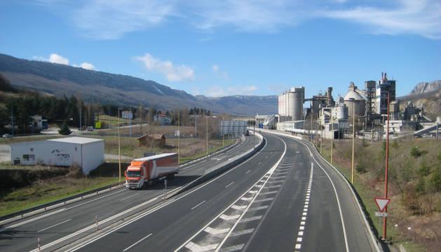 Al fondo de la autovía de la Barranca, las instalaciones de Cementos Portland en Olazagutía.