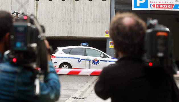 Un coche de la Ertzaintza, frente al edificio donde se produjo el asesinato.