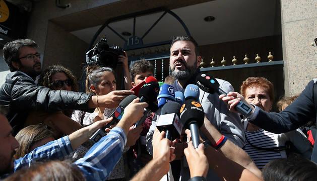 Miguel Ángel Galán hace declaraciones a los medios de comunicación.