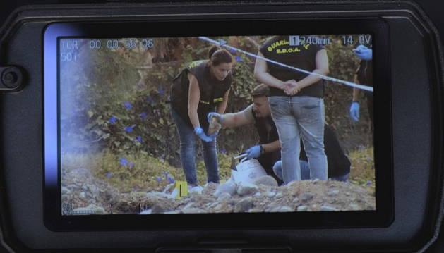 Varios agentes recogiendo los restos óseos hallados en un lugar cercano a Vecindario.