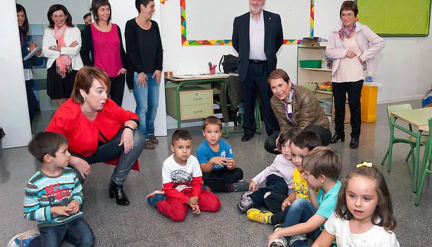 Barkos, en una de las aulas del centro escolar de Puente la Reina.