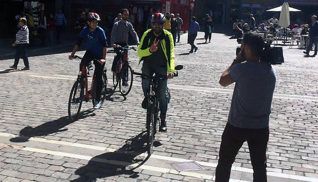 Los ciclistas, a su llegada al Ayuntamiento.