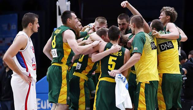 Los jugadores lituanos celebran el pase ante Serbia.