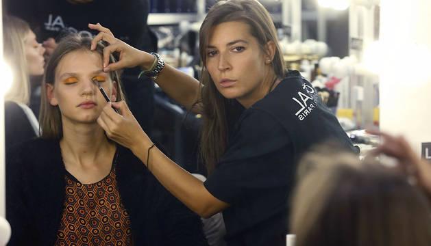 Preparativos en los camerinos de las modelos antes de comenzar el primer desfile de la Mercedes Benz Fashion Week Madrid.
