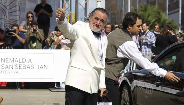 El falso Robert de Niro a su llegada al hotel donde se alojan las estrellas.
