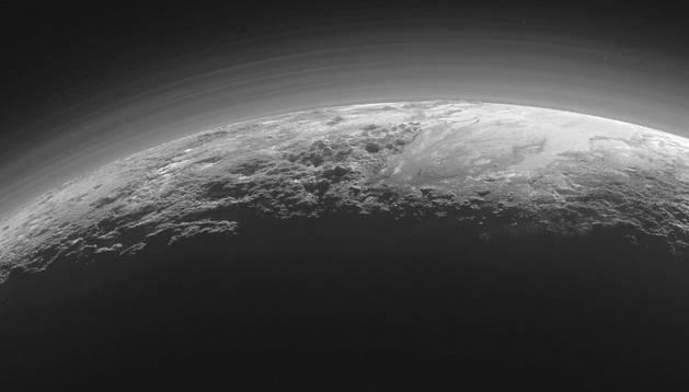 La nave New Horizonts muestra el horizonte de Plutón.