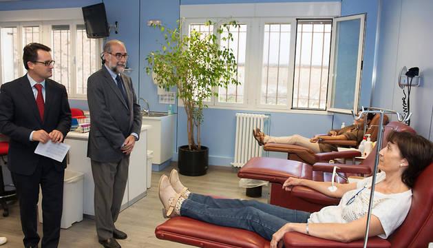 El consejero de Salud, Fernando Domínguez, durante la visita las nuevas instalaciones.