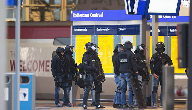 Miembros de las fuerzas especiales de Holanda, en la estación de tren de Rotterdam.