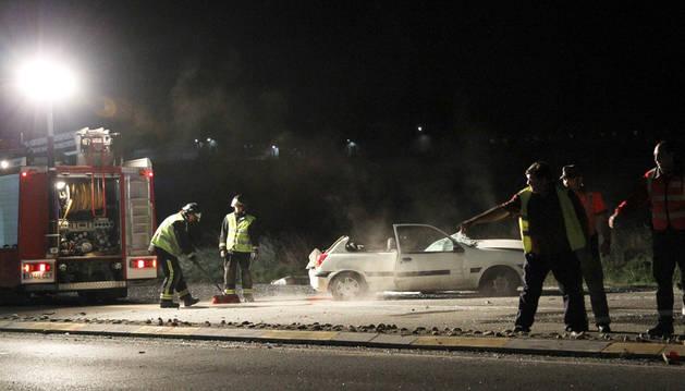 Agentes de la Policía Foral en un accidente.