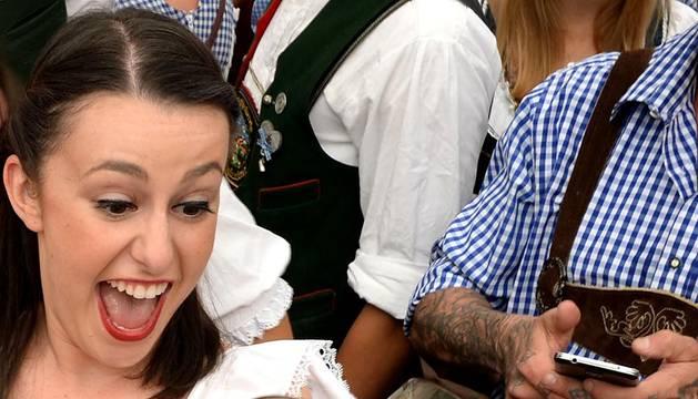 Múnich abre con el ritual mazazo cervecero su multitudinaria 'Oktoberfest'