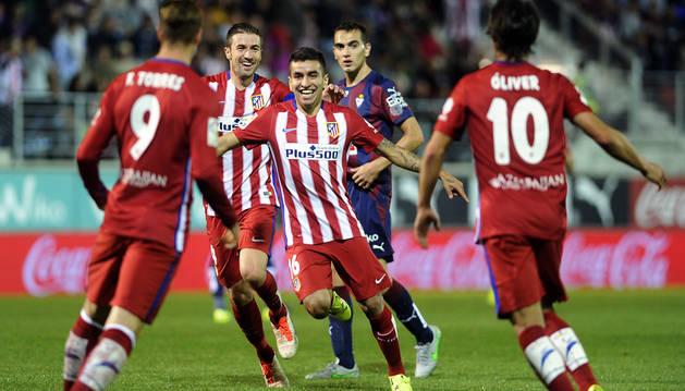 Correa celebra su gol entre sus compañeros.
