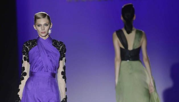 Varias modelos lucen las creaciones de Hannibal Laguna.