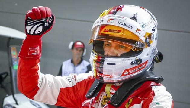 Vettel celebra su pole en Singapur.