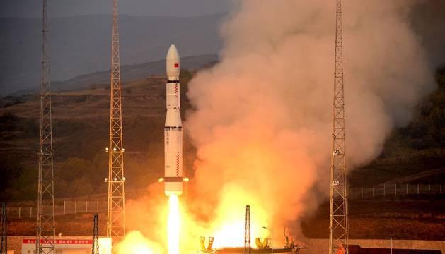 China lanza con éxito un nuevo cohete espacial