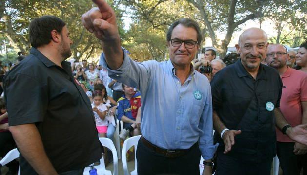 El presidente catalán y número cuatro de Junts pel Sí, Artur Mas, junto al líder de ERC y número cinco en la lista, Oriol Junqueras.