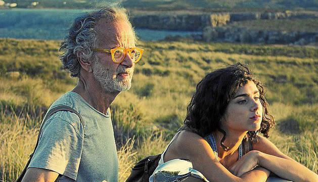 Fernando Colomo y Olivia Delcan en un frame de 'Isla bonita'.