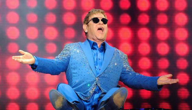 Elton John, subido al piano durante su actuación en Rock in Río.