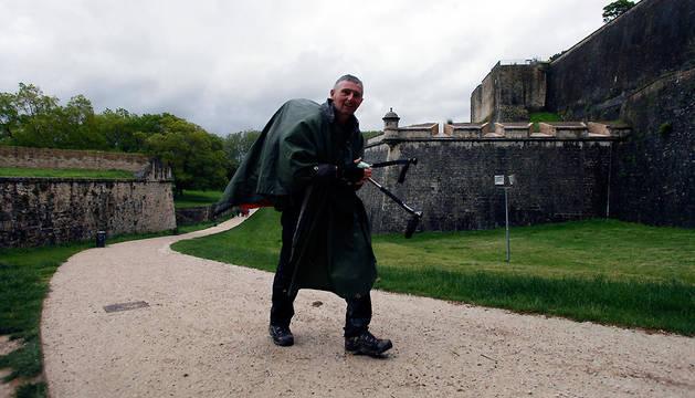 Un peregrino, a su entrada en Pamplona en las murallas.