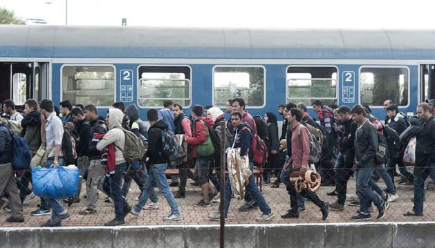 Refugiados llegando a la estación de ferrocarril en Hegyeshalom, Hungría.