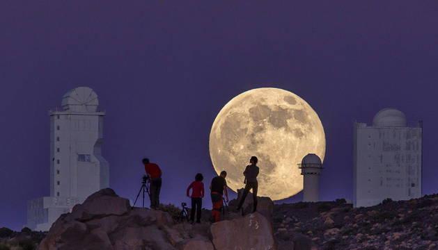 Fotografía de una superluna tomada en el Teide, en Tenerife.