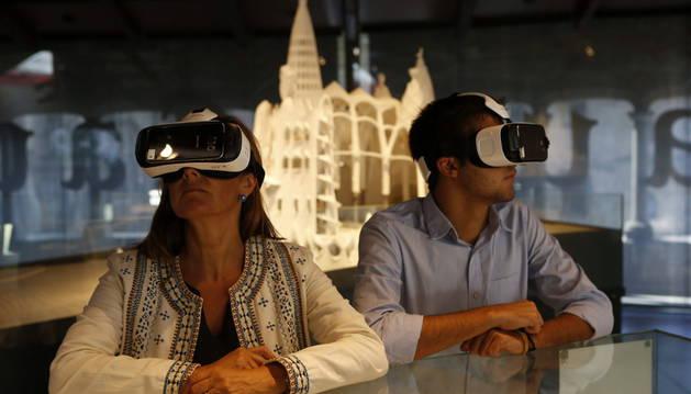 Visitantes con gafas de realidad virtual visitan la exposición de Antoni Gaudí.